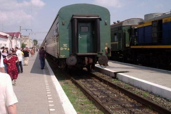 Что будет, если бросить лом в унитаз поезда на полном ходу